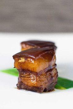 Rot gekochter Schweinebauch Rot gekochtes Schweinefleisch ist ein chinesisches Rezept, bei dem Schweinebauch stundenlang in gewürzter Sojasauce geschmort wird. Einfaches Rezept f... #gekochter #schweinebauch
