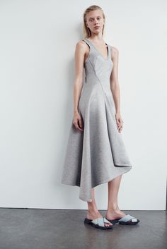 Josh Goot Resort 2016 Fashion Show Mature Fashion, Grey Fashion, Minimal Fashion, Runway Fashion, Fashion Show, Fashion Outfits, Fashion Design, Women's Fashion, Latest Fashion