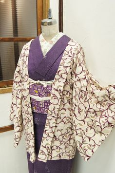 プラムパープルとミントグリーンがとけあうようにぼかされて染め出された優美なアラベスクパターンがロマンチックなレトロ羽織です。