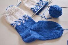 I söndags på stickcafét fascinerades jag av hur många som ville lära sig st. Baby Knitting Patterns, Loom Knitting, Knitting Socks, Knitting Needles, Hand Knitting, Knitted Slippers, Slipper Socks, Knitted Hats, Lots Of Socks