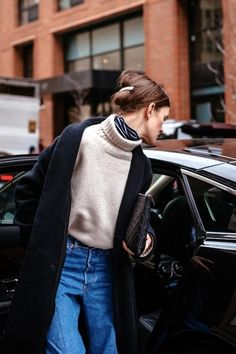 Winter Fashion Outfits, Ideas & Inspiration New York Fashion Week street style - Go to Source - New York Fashion Week Street Style, Nyfw Street Style, Looks Street Style, Looks Style, Looks Cool, Street Styles, New York Style, Street Chic, Street Wear