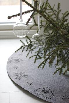Lisbet e.   Scandinavian Christmas French Christmas, Christmas Mood, Modern Christmas, Simple Christmas, Christmas And New Year, All Things Christmas, Christmas Tree Ornaments, Christmas Crafts, Christmas Glitter