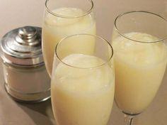 Sorbete de limón al cava al minuto: Con helado de limón envasado (para sorbete, no sirve el helado de leche). Para 1 litro de helado usamos un benjamín de cava (375 ml.) y 2 cucharaditas de azúcar. Batimos en la batidora hasta que adquiera una consistencia cremosa. Servimos en copas.