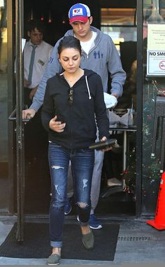 Mila Kunis Hoodie - Mila Kunis donned a simple black hoodie for a casual date. Mom Outfits, Fall Outfits, Casual Outfits, Cute Outfits, Casual Clothes, Estilo Mila Kunis, Mila Kunis Ashton Kutcher, Mila Kunis Style, Mom Style