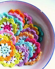 Silly Old Suitcase: DIY: crochet a mini flower garland in bright colours.Ook in het Nederlands frisse kleuren en witte haakkatoen schaar haaknaald 3 you need…Crochet Granny Flowers for a garland. I am so excited to make this craft project, it will Crochet Diy, Crochet Garland, Crochet Motifs, Crochet Flower Patterns, Crochet Squares, Crochet Crafts, Crochet Flowers, Crochet Stitches, Crochet Projects