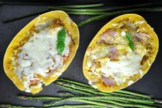 Excellent and healthy meal that will fill you up and supply your body with a lot of vitamins, without unnecessarily high carbohydrate content. Healthy stuffed spaghetti squash i. Courge Spaghetti, Spaghetti Squash, Crema Fresca, Carne Picada, Oven Dishes, Mince Meat, Dried Tomatoes, Hawaiian Pizza, Relleno