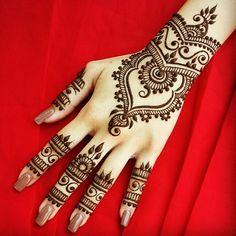 Found this gorgeous henna design on @hennabydivya IG & had to share it, love the design, so much talent ❤ #ZUKREAT #ArtistofMakeup #henna #hennapattern