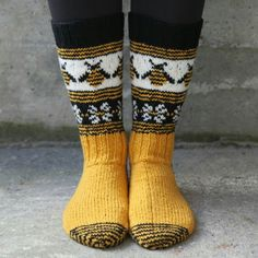 Gloves With Bees, Gray Hand Knitted Fingerless Gloves, Polka Dot Pattern With Bee, Embroidery, Knitting Socks, Hand Knitting, Knitting Patterns, Knit Socks, Wooly Bully, Yellow Socks, Bee Embroidery, Diy Outfits, Fru Fru