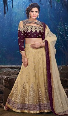 Add glow to your look as like as Bollywood diva Zarine Khan, donning this embroidered lehenga cholie. The desirable lace and resham work a vital attribute of this choli. #fabulouscollectionlehengacholi #bollywooddivalehengacholis #bollywoodcollectionlehengas