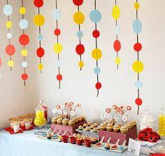 Mesa Decorada com Diversas Comidas Para Festa Infantil