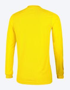 """Já a camisa de treino de goleiro tem como cor predominante a amarela com degradê em tons de azul. Também possui gola em """"V""""."""