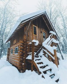 Awesome Tips to make your perfect log cabin home in the woods or next to a river. A peaceful environment to get away from our crazy crazy life. Tiny House Cabin, Log Cabin Homes, Log Cabins, Tiny Houses, Rustic Cabins, Building A Small House, Woodland House, Destinations, Bushcraft Camping