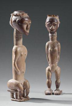 Couple votif Attié - République de Côte d'Ivoire Bois - traces de kaolin - H.: 21,5 cm et 23 cm Petites statuettes, l'une masculine assise sur un tabouret, les bras collés au corps dont la coiffe est… - Eve - 08/12/2014