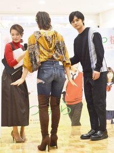 女優の土屋太鳳さんが22日、名古屋市内のショッピングセンター「イオンモール大高」の1階、ブルーコートで開催された、映画「春待つ僕ら」(平川雄一朗監督、12月1... Jean Sexy, Japanese Mythology, Baseball Girls, Police Uniforms, Sporty Girls, Sexy Jeans, Thigh Highs, Jeans And Boots, Cute Girls