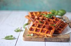 Pizzavafler - lyder det ikke for lækkert? En snasket vaffel med smag at tomat, ost og pepperroni. Og så er de glutenfrie og low carb/LCHF. Prøv selv!