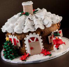 Panettone con paesaggio Decorazione con paesaggio natalizio realizzato con zucchero roccia, ghiaccia di zucchero, gelatina, cioccolato e marzapane.