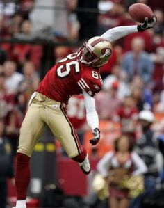The greatest photos ever taken at Candlestick Park wide receiver Brandon Lloyd makes a one-handed catch against the New York Giants in Nfl 49ers, 49ers Fans, But Football, Football Season, Custom Football, Football Pictures, Sports Pictures, Poses, 49ers Players