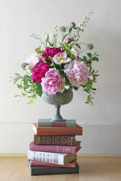 Stuff We Love: Yasmine Floral Design - Floral Decor Floral Vintage, Deco Floral, Arte Floral, Vintage Flowers, Vintage Flower Arrangements, Beautiful Flower Arrangements, Floral Centerpieces, Wedding Centerpieces, Book Centerpieces