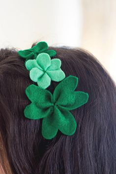 Avoid pinches on Monday by making donning a #DIY Shamrock Headband. There's a great tutorial from @. Aimée . Wallflower Girl on how to make your own! /ES