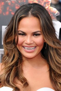 Chrissy Teigen wore her hair in face-framing waves and kept her makeup natural at the MTV Movie Awards.