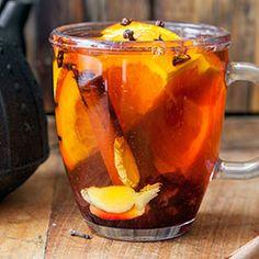 Herbata korzenna: • kubek gorącej zaparzonej czarnej herbaty • 1 cm kawałek imbiru • laska cynamonu • plaster pomarańczy • pół plasterka cytryny • 8 szt. goździków • kilka wiśni z syropu + 2 łyżki syropu wiśniowego