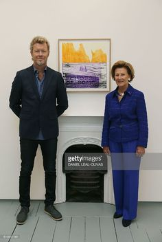 Norway's Queen Sonja (R) and Magne Furuholmen of Norwegian band A-ha pose in front of a painting at the opening of their joint exhibition in London on September 27, 2016. The show entitled Texture, is a portfolio of ten prints by Norway's Queen Sonja and Magne Furuholmen, made in support of The Queen Sonja Print Award (QSPA). / AFP / DANIEL