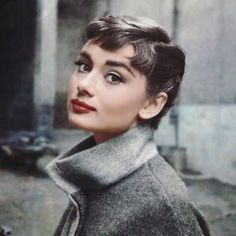This is a GORGEOUS picture of Audrey Hepburn Looking at the camera- Portrait Pic. This is a GORGEOUS picture of Audrey Hepburn Looking at the camera- Portrait Audrey Hepburn Pictures, Audrey Hepburn Outfit, Audrey Hepburn Hairstyles, Audrey Hepburn Bangs, Audrey Hepburn Tattoo, Aubrey Hepburn, Hollywood Glamour, Classic Hollywood, Old Hollywood