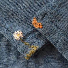 [Blume und Entenvögelchen statt Loch] Announcement of the darning workshop: On I will give the Diy Embroidery, Hand Embroidery Designs, Embroidery Stitches, Embroidery Patterns, Textiles, Crochet Stitches, Knit Crochet, Coin Couture, Visible Mending