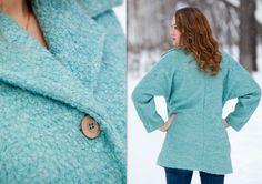 Женское демисезонное пальто выполнено из плотного буклированного полушерстяного трикотажного полотна бирюзового цвета.