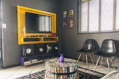 home theater - olha a ideia da mesinha feita com revistas. cinto e tampo de vidro: show!