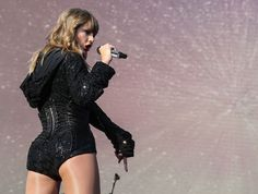 Taylor Swift sexy outfit with sheer nude pantyhose Taylor Swift Legs, All About Taylor Swift, Taylor Swift Album, Taylor Swift Style, Taylor Swift Pictures, Taylor Alison Swift, American Music Awards, Swift Tour, Swift 3