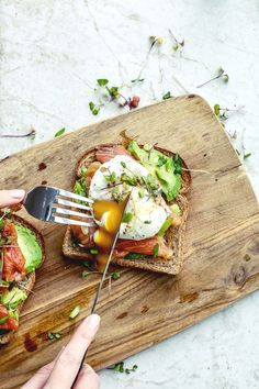 Smoked Salmon Poached Eggs on Toast Recipe Killing Thyme Pescetarian breakfast Healthy breakfast recipe smokedsalmon eggs pescetarian breakfast killingthyme Healthy Breakfast Recipes, Brunch Recipes, Healthy Snacks, Healthy Recipes, Healthy Breakfasts, Dinner Recipes, Cheap Recipes, Healthy Protein, Pizza Recipes