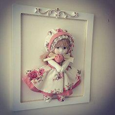 Quadro Boneca Camponesa para completar a decoração do quarto e que também pode ser usado como enfeite de porta #maternidade #quartodobebe #babydecor #gravida #maedemenina #quadro #boneca #camponesa #floral #renda #mini #perolas #provencal #exclusivo #personalizado @lojabbchic
