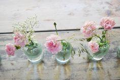 Glasvaser med nejlikor, gräs och brudslöja prydde borden i vår loge