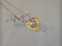 Hermosa cadena con dije de corazón, bañados en oro, decorado con perla