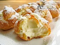 French dessert: profiteroles with vanilla cream French Desserts, Just Desserts, Delicious Desserts, Dessert Recipes, Yummy Food, Profiteroles, Eclairs, French Pastries, Eat Dessert First