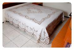 Colcha cama para casal em bordado Richelieu, risco Marta nas cores creme com beje.