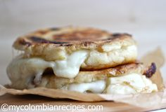 Arepas are definitely one my favorite Colombian dishes and these stuffed arepas with mozzarella cheese or Arepas Rellenas de Queso are absolutely delicious. Colombian Dishes, Colombian Food, Colombian Arepas, Colombian Desserts, Columbian Recipes, Lolly Cake, Corn Cakes, Latin Food, Gourmet