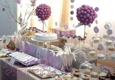 ideas_para_una_mesa_de_comunion Candy Table, Candy Buffet, Dessert Table, Candy Centerpieces, Party Table Decorations, Ideal Girl, Paris Birthday Parties, Communion Cakes, Ideas Para Fiestas