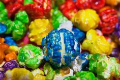 Colorful popcorn!!! Snack Recipes, Kid Recipes, Snacks, Colored Popcorn, Candy Popcorn, 70s Party, All White Party, Kids Meals, Yummy Treats
