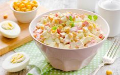 Russian crab stick salad: the easy and versatile dish that everyone loves (VIDEO) Crab Stick, Queso Fresco, Fruit Salad, Pasta Salad, Salad Recipes, Potato Salad, Macaroni And Cheese, Seafood, Salads