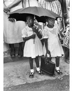 Un jour a #Trinidad - #1958 - La princesse #Margaret visite Trinidad dans les #Caraïbes qui vient juste d'entrer dans la fédération des #Indes occidentales. Deux petites filles en robes blanches attendent de voir passer la princesse. Photo : Jack Garofalo/ #ParisMatch - Plus d'#archives sur @parismatch_vintage by parismatch_magazine