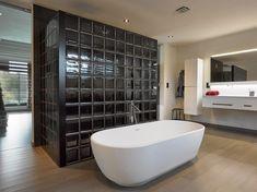 Badkamer met inloopdouche in glastegels Mendini Collection. Jacuzzi, New Homes, Bathtub, Bathroom, Projects, Bath, Interior, Standing Bath, Washroom