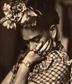 beautiful portrait photography of the artist revealing her more thoughtful serious nature Frida Kahlo Diego Rivera, Frida E Diego, Frida Art, Black White Photos, Black And White, Mexican Artists, Belle Photo, White Photography, Vintage Photography