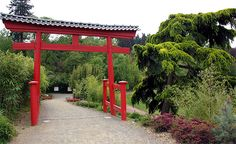 Un Torii en bois laqué de rouge marque l'entrée du jardin - parc oriental de Maulévrier