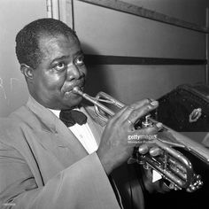 American trumpeter and singer Louis Armstrong playing the trumpet. Louis Armstrong arrived at the airport of Milan - Malpensa for the Italian tour. Somma Lombardo, Get premium, high resolution news photos at Getty Images Hulk Art, King Louie, Louis Armstrong, Jazz Blues, Musicians, Entertainment, Singer, Artists, Black And White
