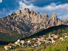 Village atypique #Corse et le col de Bavella en arrière plan ! #view #nature #randonnées