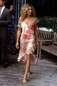 Sarah Jessica Parker in Sex and the City. Along with New York, style was a definite character in this show. Carrie often combines trendy funky clothes with vintage pieces. This pink ruffle dress is classic Carrie. Carrie Bradshaw Outfits, Carrie Bradshaw Estilo, Carrie Bradshaw Hair, Peplum Outfit, Outfit Chic, City Outfits, Summer Outfits, Quoi Porter, Outfit Trends