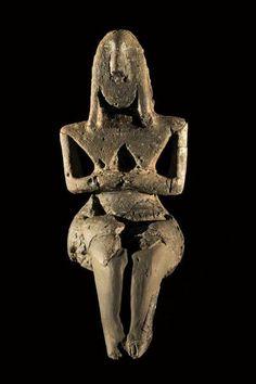 Veduta frontale della statuina di Vicofertile. 5000-4300 a.C. Parma, Museo Archeologico Nazionale. La «dea» presenta tratti fisionomici molto marcati: volto ovale e piatto, occhi a fessura, naso molto prominente, acconciatura elaborata. Il busto, triangolare, è esile; le braccia sono sottili e le mani congiunte, con le dita evidenti. I seni sono piatti, separati da un incavo triangolare a fondo scabro.