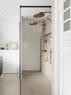 Twee douchekoppen in Cozy Bathroom, Modern Bathroom, Master Bathroom, Small Shower Room, Vanity Backsplash, Shower Panels, Upstairs Bathrooms, Beautiful Bathrooms, Shower Heads